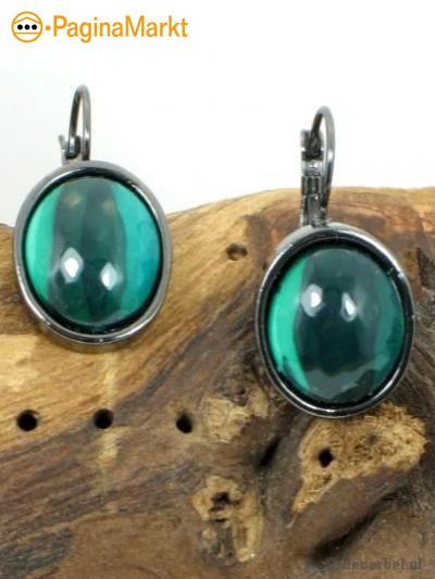 Mooie ovale groene oorbellen.
