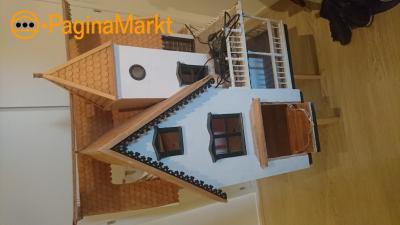 Prachtig zelfgemaakt poppenhuis