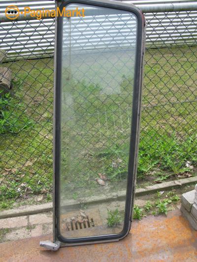 Gebruikt raamframe met ruit en scharnieren